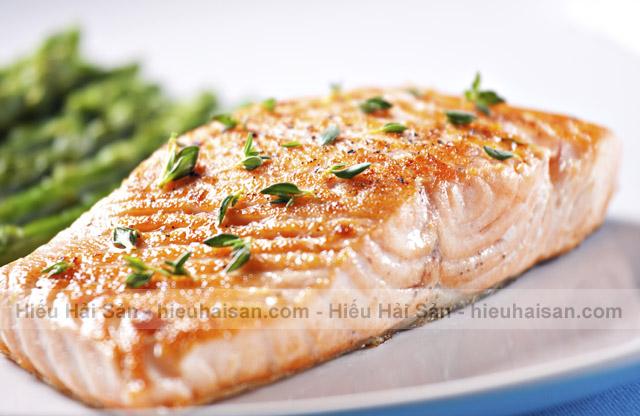 cá hồi nguyên con ướp nướng