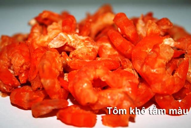 tôm khô màu đỏ đậm bất thường